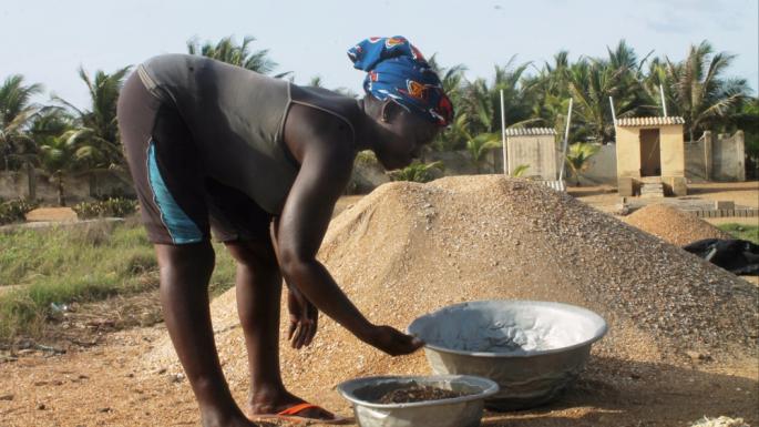 Incapables de pêcher, de nombreuses familles au Togo ramassent maintenant du gravier pour gagner leur vie. Cette situation accélère encore l'érosion côtière. © Daniel Addeh