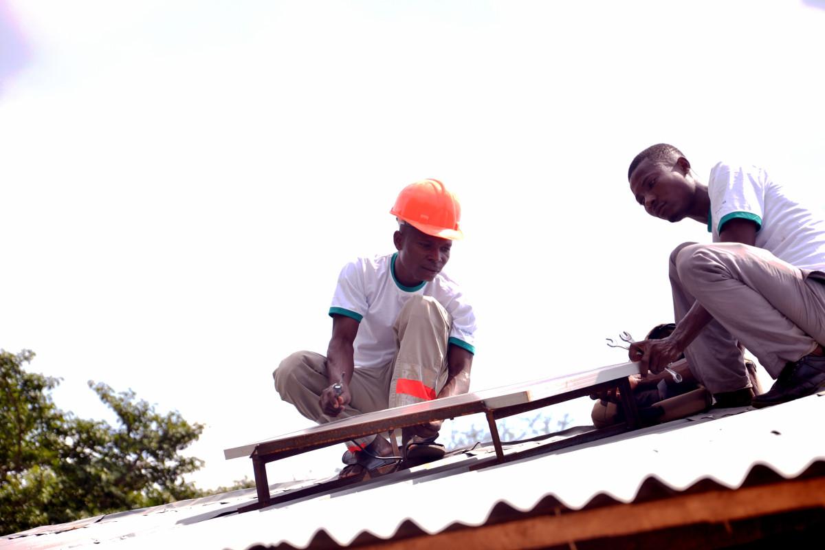 Les volontaires de la Start-up « Energy-for people » installent des panneaux solaires