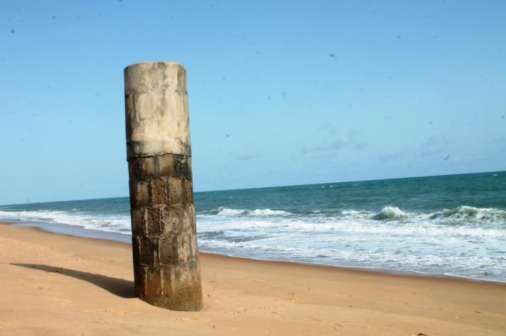 le puits de la famille Teko est aujourd'hui dans la mer à cause de l'érosion côtière. © Daniel Addeh