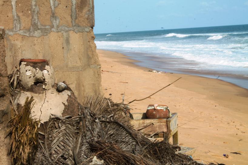 Le fétiche protecteur du village ne peut rien face à l'avancée de la mer . © Daniel Addeh