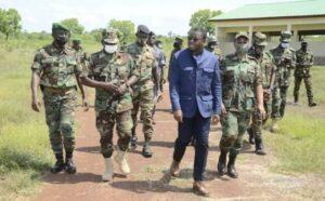 Faure Gnassingbé entouré de plusieurs autres hauts gradés des FAT